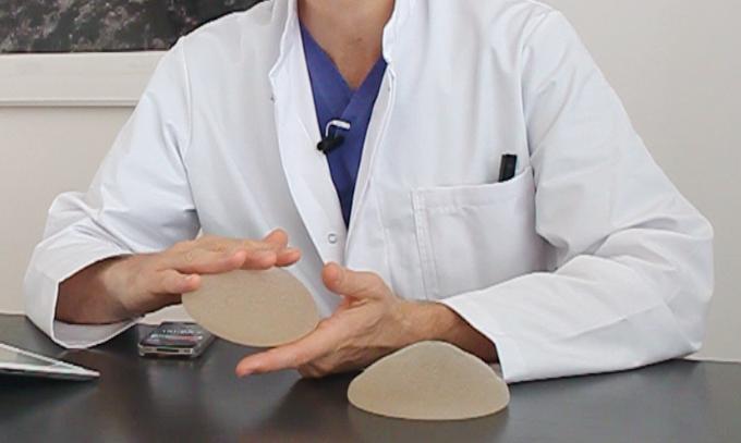 Wenn es erforderlich wird, Brustimplantate zu wechseln, bietet Dr. Manassa seinen Patientinnen eine umfassende Beratung im Vorfeld des Eingriffs